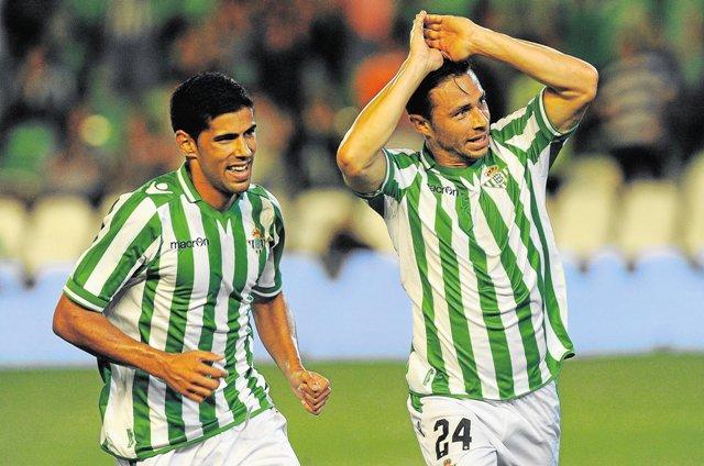 Rubén Castro celebra un gol en compañía de Juanfran / Kiko Hurtado