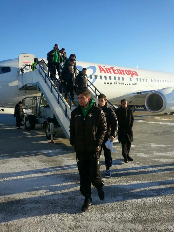 Los jugadores del Betis pisan suelo ruso tras un largo viaje de seis horas en avión / Real Betis