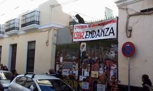 El centro autogestionado ocipa el número 44 de la calle San Luis, donde se encontraba la antigua Sala Endanza. / @SATSEVILLA