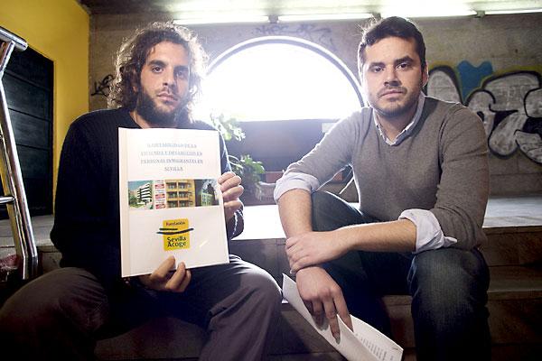 Cabitza y Barranco sostienen el informe de 104 páginas que presentaron ayer en la sede de Sevilla Acoge. / Pepo Herrera