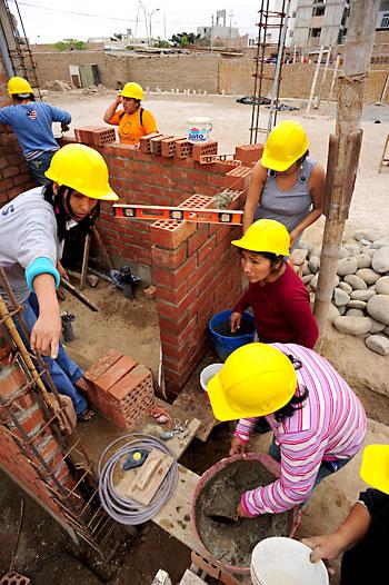 Varias mujeres reconstruyen sus casas en Perú con ayudas andaluzas. / R. García (EFE)