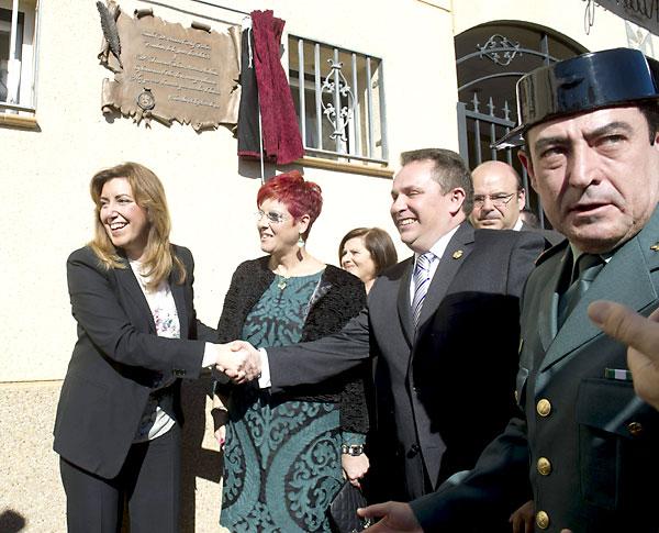 Susana Díaz(i) en el acto de creación del municipio de Valderrubio junto a la nueva alcaldesa de esta localidad granadina, Francisca Blanco(c) y el alcalde de Pinos Puente, Jose Enrique Medina(2d). / EFE