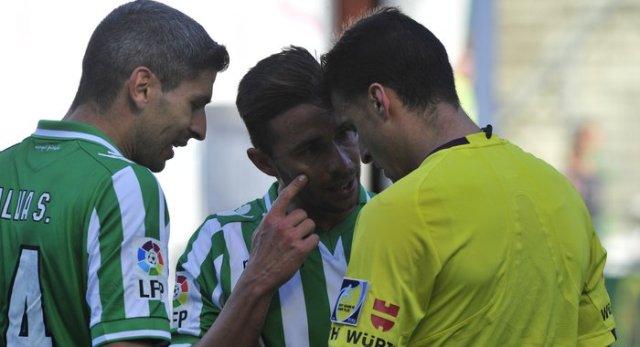Rubén Castro reprocha a Gil Manzano que no viese el penalti / Real Betis