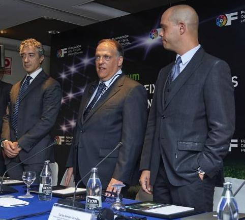 Javier Tebas (centro), el lunes en uno de los actos de la Liga en Valencia / LFP