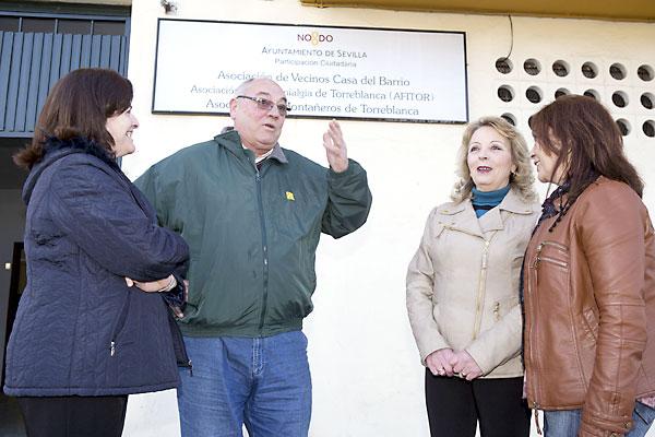 El portavoz vecinal Antonio Muñoz conversa con un grupo de residentes de Torreblanca. Foto: Pepo Herrera