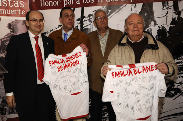 El presidente del Sevilla, José Castro con algunos descendientes de los supervivientes del accidente del Especial 766.  (Sevilla FC).