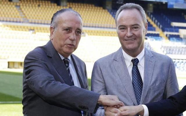 Alberto Fabra (derecha), junto al presidente del Villarreal, Fernando Roig, en El Madrigal.