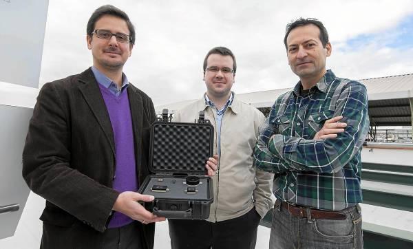 José Miguel Moreno, junto con dos de los socios de la empresa, que muestran los sensores solares que desarrolla Solar Mems. / J.M.Paisano