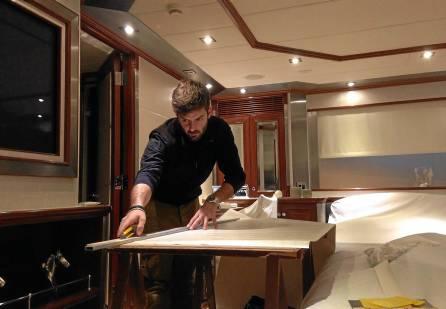Martín Magro Millán trabajando en el interior del camarote de un yate de lujo.