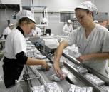 Trabajadoras en una fábrica de tortas. / RODRÍGUEZ APARICIO
