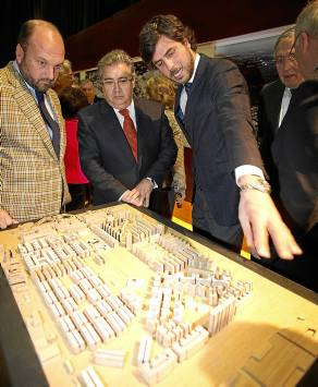 El alcalde, Juan Ignacio Zoido, ayer ante una maqueta del Patronato.
