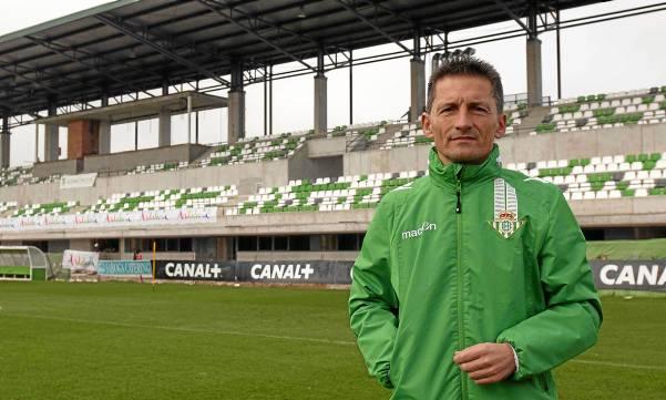 Luis Fradua posa delante de la nueva tribuna de la ciudad deportiva / J.M. Paisano
