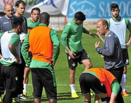Gabriel Humberto Calderón alecciona a los suyos en un entrenamiento / Kiko Hurtado