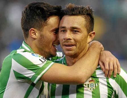 Rubén Castro es felicitado por Juan Carlos tras uno de sus goles al Espanyol.