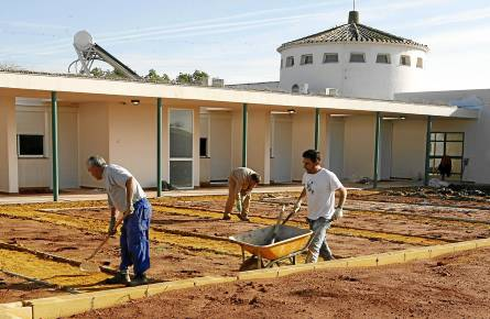 Trabajadores de una obra en el municipio sevillano de Salteras. / José Manuel Cabello