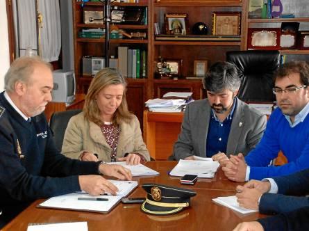 En el centro, la subdelegada del Gobierno, Felisa Panadero, junto al alcalde de Coria del Río, Modesto González.