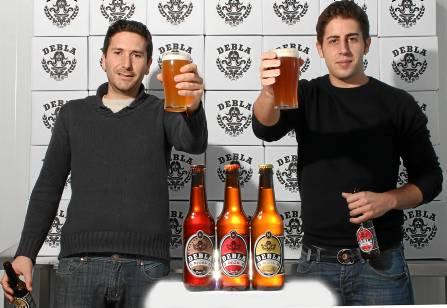 Los empresarios utreranos Joaquín Moscoso y Julio González, creadores de la nueva cerveza Debla. / Rafa Lacuevafilms