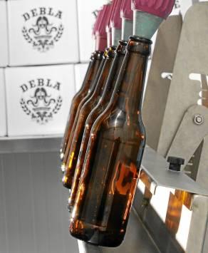 La cerveza Debla, en pleno proceso de embotellado. / Rafa Lacuevafilms