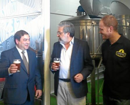Juan Barrera y Francisco Toscano degustando la cerveza. A la derecha, Antonio Jesús Ruiz.