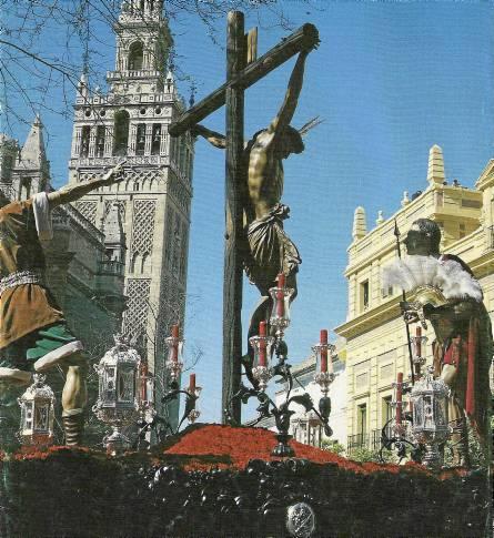El paso de misterio del Cristo del Desamparo y Abandono accediendo a la plaza del Triunfo aquel histórico Martes Santo.