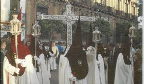 Los nazarenos de Cerro pasan ante el Palacio Arzobispal en 1989.