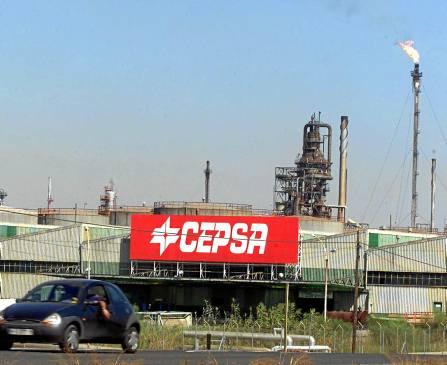 La refinería onubense, uno de los cuatro centros de trabajo afectados, dos de ellos andaluces. / EFE