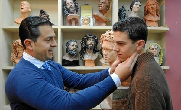 El imaginero Manuel Martín guía a Sergio, su modelo, para captar todas los detalles de sus facciones. / María Montiel