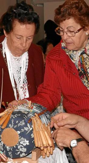 EL fular de encaje de bolillos de Loli Martínez fue una de las atracciones.