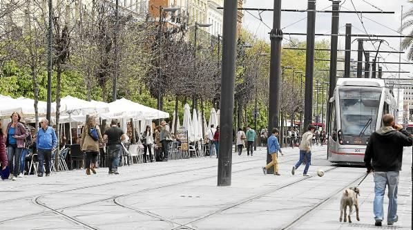 La hilera de veladores de la calle San Fernando convive con las catenarias y el paso del Metrocentro. / Pepo Herrera