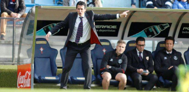 Emery da instrucciones a sus jugadores en Balaídos. / Jorge Landín