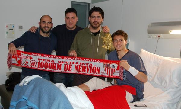 Cristóforo, en el hospital con unos aficionados. / Sevilla FC