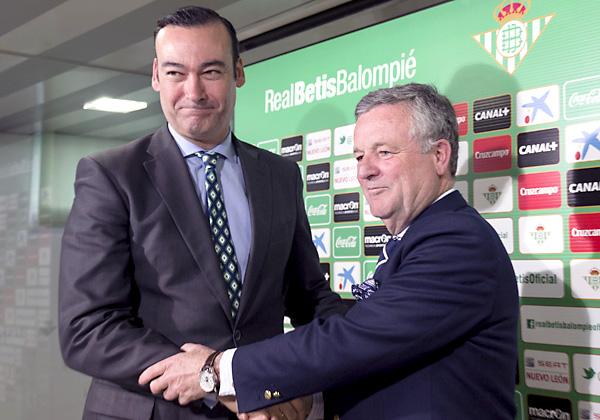 Los dos nuevos hombres fuertes del consejo de administración del Betis, Fernando Casas (vicepresidente) y Manuel Domínguez Platas (presidente), se dan la mano, ayer antes de la presentación del segundo. / José Luis Montero