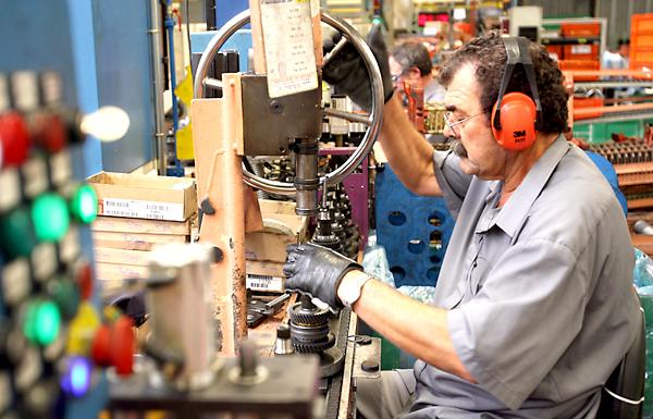 Un operario trabajando en una fábrica. / Antonio Acedo