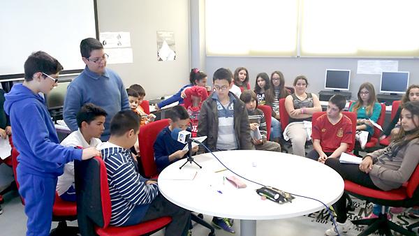 Los alumnos han grabado sus propias cuñas publicitarias en las instalaciones de la cadena de radio municipal para presentar su apuesta a la ciudadanía.