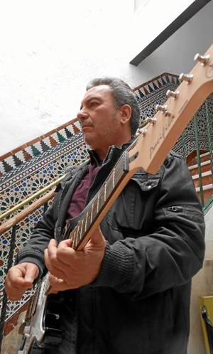 Julio Cuder, guitarrista de Babel Experience.