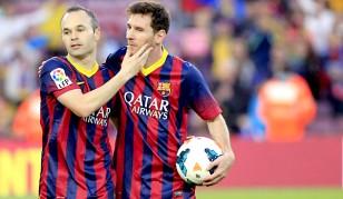 Andrés Iniesta felicita a su compañero, el delantero argentino del FC Barcelona Lionel Messi que se lleva el balón tras marcar tres goles. / EFE