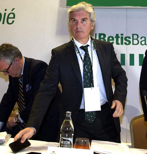 El presidente del Real Betis Balompíe, Miguel Guillen (c), durante el inicio de la Junta General Extraordinaria del club, que se celebra esta noche en Sevilla./ EFE