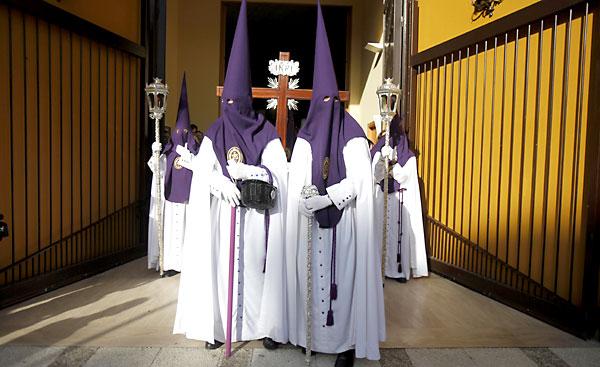 Nazarenos de PIno Montano. / Foto: Estefanía González