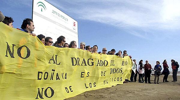 Protesta ecologista en Sanlúcar de Barrameda, en la desembocadura del Guadalquivir. / EFE