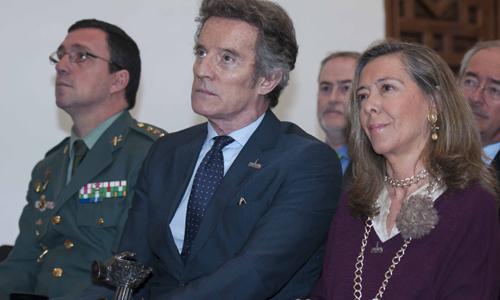 El marido de la Duquesa de Alba recibe el premio Prodecuri en su nombre. Foto: J.M. Paisano
