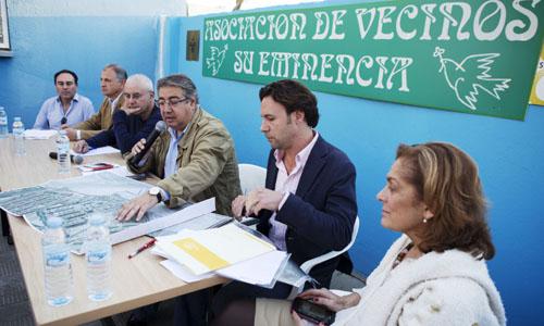 Reunión del alcalde de Sevilla con vecinos de Su Eminencia.