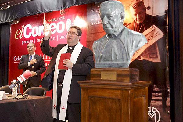 El párroco de San Vicente y delegado Diocesano para los medios de comunicación, Marcelino Manzano, bendijo el busto del cardenal Marcelo Spínola. / Foto: José Luis Montero
