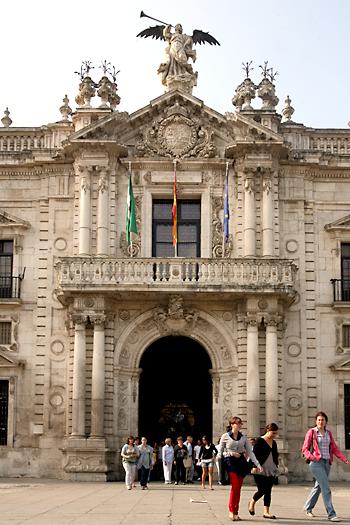 Puerta del Rectorado en la antigua Fábrica de Tabacos de Sevilla. / Antonio Acedo