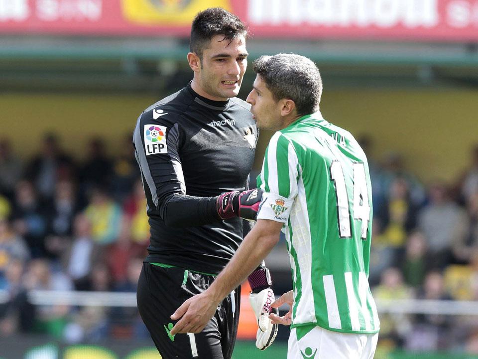 Adán contiene a Salva Sevilla, que protesta algo al árbitro / Domenech Castelló (EFE)