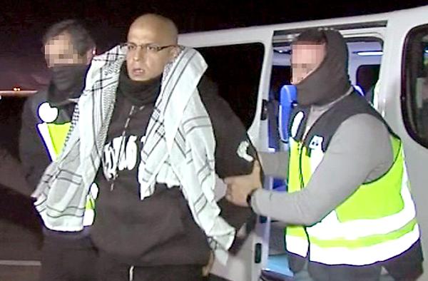 Imagen de video facilitada por la Policía Nacional del marroquí Rafá Zouhier, condenado a 10 años de cárcel por suministrar los explosivos de los atentados del 11M, conducido a un avión para su traslado a Tánger (Marruecos). / EFE