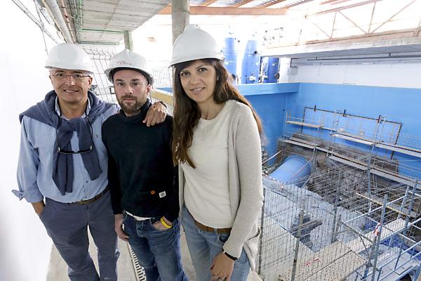José Carlos García Gómez, Andrés Loza y Susana Montero, delante del tanque grande donde vivirán los tiburones del acuario de Sevilla. / José Luis Montero