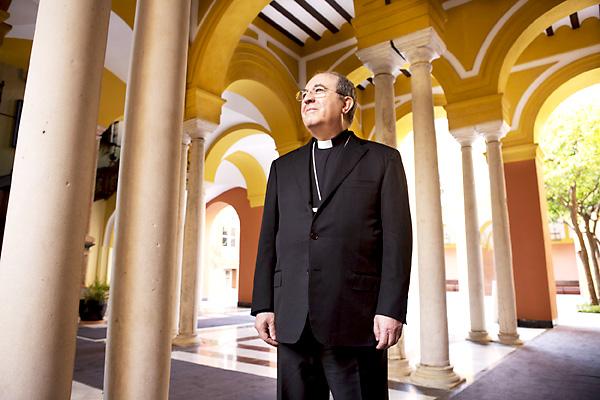El arzobispo de Sevilla, Juan José Asenjo, posó ayer durante la sesión de fotos en uno de los patios del Palacio Arzobispal. / Pepo Herrera