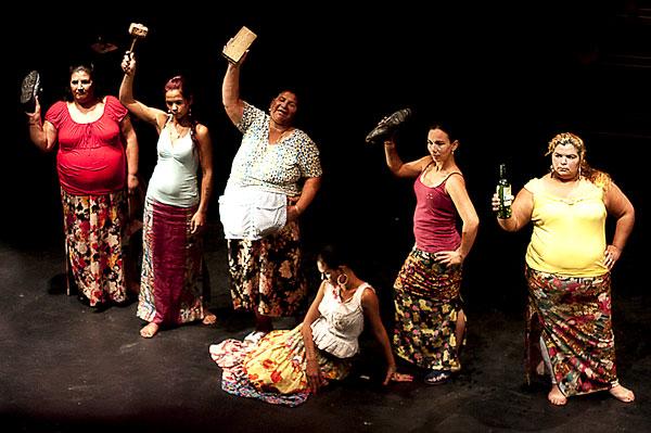 Escena de la obra 'La casa de Bernarda Alba' interpretada por mujeres gitanas de ElVacie.