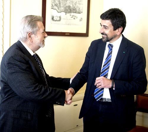 El secretario de Estado de Administraciones Públicas, Antonio Beteta (i) y el viceconsejero de Economía de la Junta de Andalucía, Luis Nieto, durante la reunión mantenida en Madrid para hablar de la situación en torno a la mina de Aznalcóllar. / EFE
