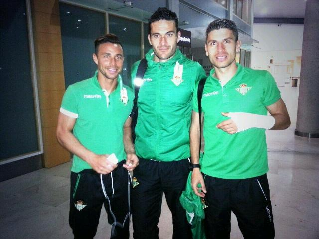 Rubén Castro, Jorge Molina y Salva Sevilla, los autores de los tres goles, en el aeropuerto de Valencia / Real Betis